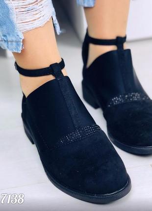 Стильные низкие туфли с резинкой и стразами на ремешке