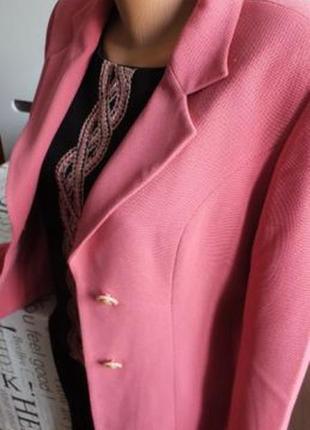 Костюм тройка с розовым пиджаком и вышивкой на топе 46 разм.