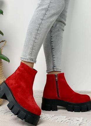 Яркие красные деми ботинки на высокой подошве, натуральная замша