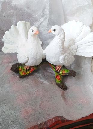Пара голубей на ветке ( пластик)