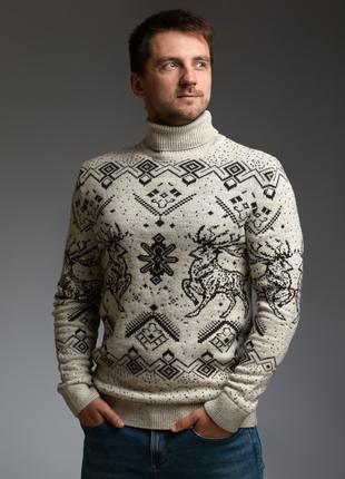 Мужской теплый бежевый свитер с оленями с подвернутой горловиной