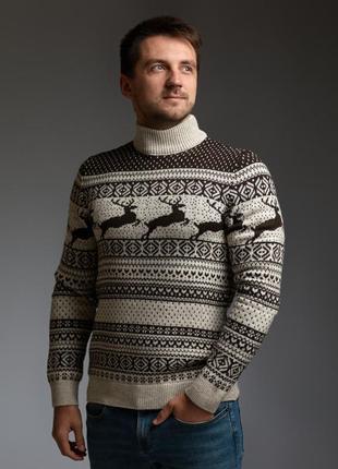 Мужской свитер с оленями бежево-коричневый с прямой горловиной