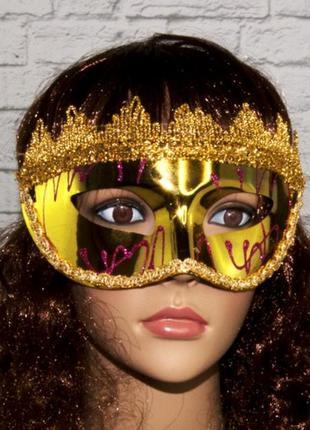 Карнавальная венецианская маска золотого цвета