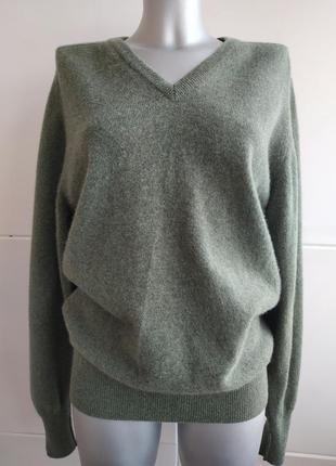 Теплый шерстяной свитер  оливкового цвета