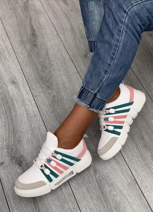 Стильные белые кроссовки с цветными вставками