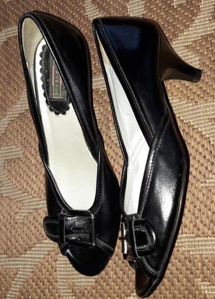 Розпродаж! шкіряні туфлі відомого бренду