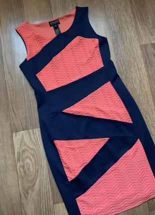 Деловое моделирующее платье со вставкой по фигуре