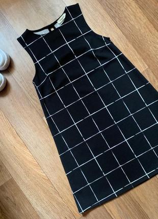 Черное платье в белую клетку