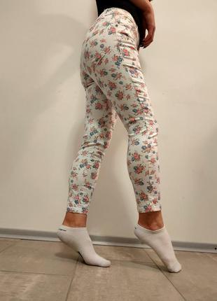 Красивые белые джинсы скинни в цветочки
