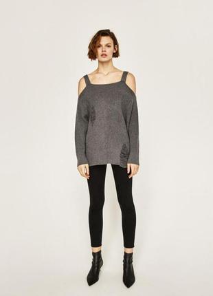 Черный мягкий свитер джемпер пуловер с открытыми плечами и дыр...