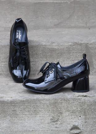 Кожаные туфли на каблуке 5 см с напылением лак