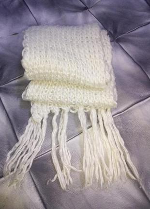 Белый вязанный шарф