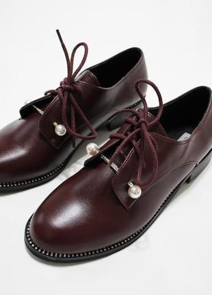 Женские туфли на шнуровках в бордовом цвете. материал - эко-кожа.