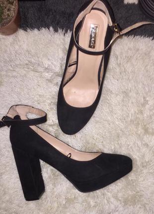 Чёрные туфли на высоком каблуке и  платформе