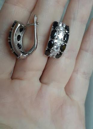 Серебряные серьги с черно-белыми камнями