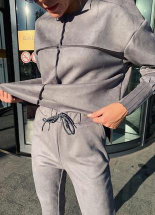 Стильный замшевый костюм