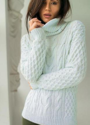 Мягкий свитер с объемной вязкой