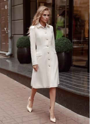 Силуэтное пальто белого цвета