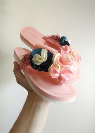 Розовые тапочки шлепки с цветами вьетнамки с цветком платформа
