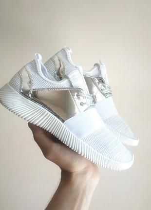 Белые кроссовки перфорация серебро сетка на пенной подошве