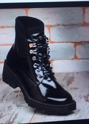 Зимние лакирование ботинки на декорированом каблуке