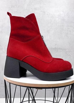 Зимние красные ботильоны из натуральной замши на среднем каблуке