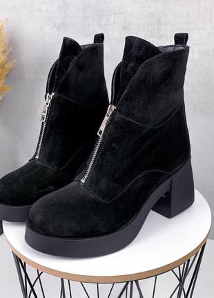 Зимние черные ботильоны из натуральной замши на среднем каблуке