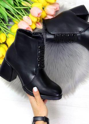 Аккуратные чёрные зимние ботильоны ботинки на широком каблуке....