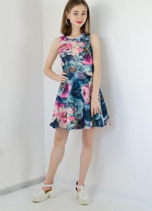 Платье короткое с пышной юбкой и круглым вырезом в цветочный п...