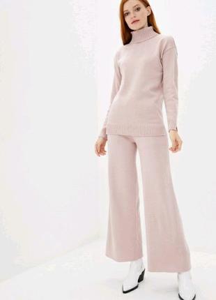 Вязаный костюм с высокой горловиной розового цвета