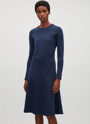 Платье cos темно-синего цвета в составе присутствует шерсть.