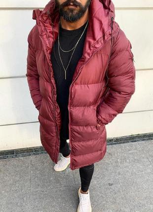 Мужская зимняя удлиненная куртка бордового цвета