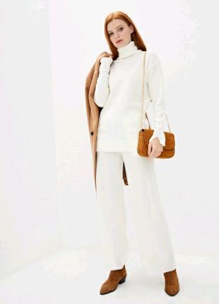 Вязаный костюм с высокой горловиной белого цвета