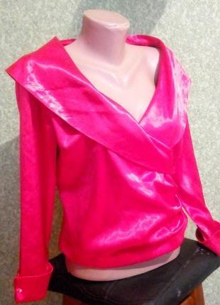 Блуза красная с открытыми плечами.