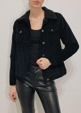 Черная вельветовая куртка с мехом