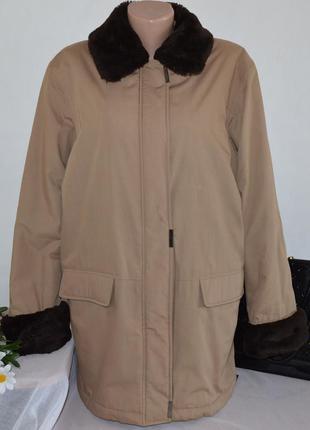 Демисезонная утепленная куртка с меховым воротником и манжетам...