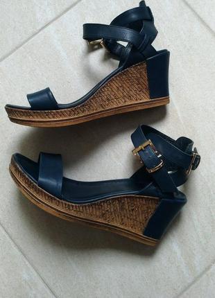 Женские кожаные босоножки-сандалии на платформе-танкетке.