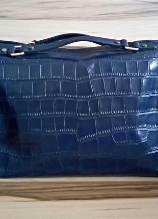 Необычная женская кожаная сумка-саквояж с тиснением под рептил...