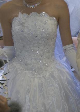 Свадебное платье с стразами Сваровски.