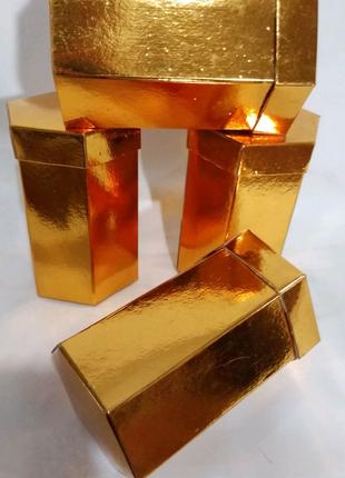 Коробка подарочная,  золотого цвета шестигранная,высота 12 см.