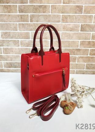 Небольшая каркасная сумочка в черном и красном цветах
