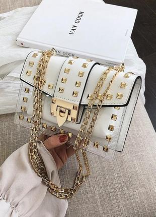 Женская летняя прозрачная сумка с заклепками на цепочке белая