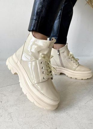 Кожаные зимние ботинки бежевые на платформе