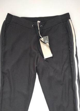 Стильные спортивные штаны с лампасами