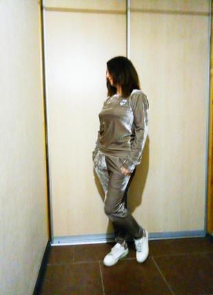 Спортивный женский костюм
