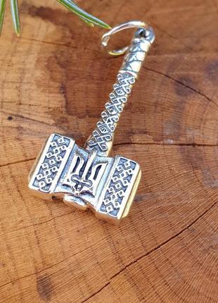 Молот тора с гербом