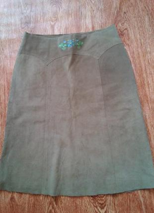 Замшевая юбка от  h&m с вышивкой.