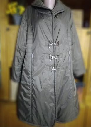 Темно коричневое демисезонное пальто.