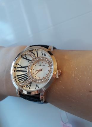 Женские наручные часы со стразами