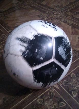 Футбольный мячь adidas